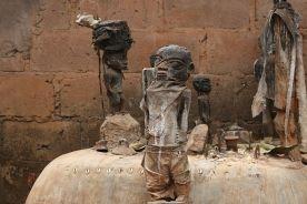Fetysze na ołtarzu voodoo w Beninie